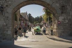 Entrada da porta do ` s do St Catherine em Rhodes Old Town foto de stock