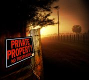 Entrada da propriedade privada imagens de stock