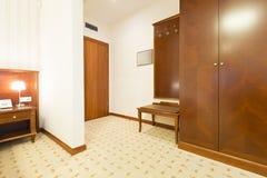 Entrada da sala com armário de madeira Imagem de Stock Royalty Free