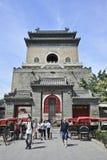 Entrada da torre de Bell com riquexós, Pequim, China Fotos de Stock