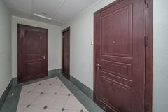 Entrada das portas do apartamento fotos de stock