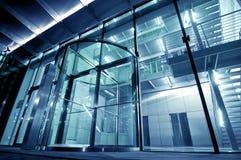 Entrada de cristal al edificio moderno Imagen de archivo libre de regalías