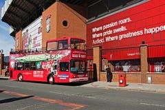 Entrada de Kop del club del fútbol de Liverppol con el bus turístico de Exporer Anfield de la ciudad Fotografía de archivo libre de regalías