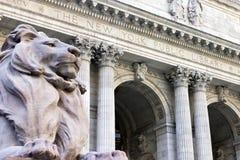 Entrada de la biblioteca pública de New York City imagen de archivo