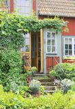 Entrada de la cabaña roja en verano Imagen de archivo libre de regalías