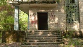 Entrada de la casa abandonada Tiro liso y lento del carro metrajes