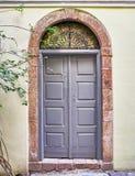 Entrada de la casa con la puerta arqueada imágenes de archivo libres de regalías
