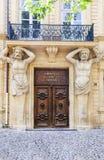 Entrada de la corte comercial con las estatuas en Aix en Provence Imagen de archivo