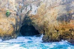 Entrada de la cueva con resaca salvaje en el Algarve imágenes de archivo libres de regalías