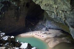Entrada de la cueva 3, la 3ro cueva más grande de Hang En de los world's Imagenes de archivo