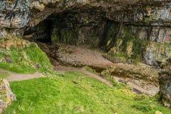 Entrada de la cueva de Smoo imagenes de archivo