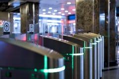 Entrada de la entrada del torniquete del metro del subterráneo con la tarjeta electrónica imagen de archivo libre de regalías
