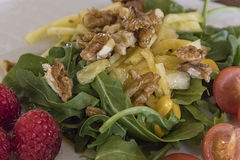 Entrada de la ensalada con las nueces, rucula, piña Imagen de archivo