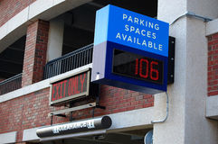 Entrada de la estructura del estacionamiento Fotografía de archivo libre de regalías