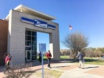 Entrada de la fachada de la tienda de USPS en Irving, Tejas, los E.E.U.U. Imágenes de archivo libres de regalías
