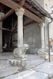 Entrada de la iglesia con el león en el santo-Véran, Francia Imagen de archivo