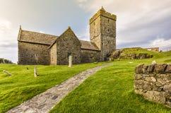 Entrada de la iglesia del ` s de StClement, de una capilla antigua típica en Harris y de Lewis Island en las montañas escocesas,  Foto de archivo libre de regalías