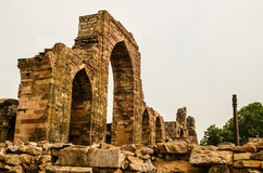 Entrada de la mezquita del Qubbat-UL-Islam y del pilar del hierro Foto de archivo
