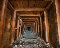 Entrada de la mina que mira adentro Foto de archivo libre de regalías