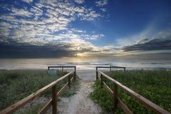 Entrada de la playa en la salida del sol Fotos de archivo libres de regalías