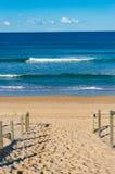 Entrada de la playa y opinión hermosa de la playa del océano Imagen de archivo