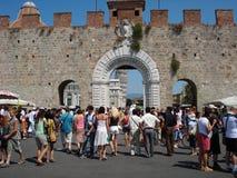 Entrada de la plaza del duomo con la catedral, baptisterio la torre de Pisa fotografía de archivo
