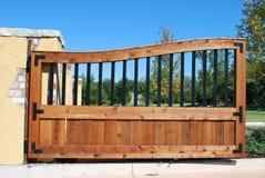 Entrada de la puerta de madera y del hierro. Imagen de archivo libre de regalías