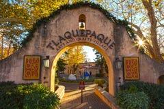 Entrada de la puerta del arco al pueblo hispánico de los artes y de los artes de Tlaquepaque en Sedona Foto de archivo libre de regalías