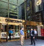 Entrada de la torre del triunfo en Fifth Avenue en Midtown Manhattan Fotografía de archivo