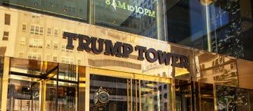 Entrada de la torre del triunfo en Fifth Avenue en Midtown Manhattan Fotos de archivo