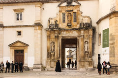 Entrada de la universidad Coímbra portugal foto de archivo
