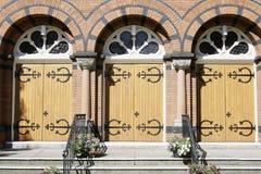 Entrada de las puertas de la iglesia Imagen de archivo libre de regalías