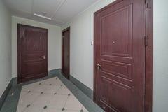 Entrada de las puertas del apartamento fotos de archivo