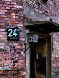 Entrada de los cuartos el dormir del preso de Auschwitz fotos de archivo libres de regalías