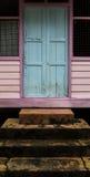 Entrada de madeira da casa da vila Imagem de Stock