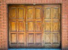 Entrada de madeira da garagem Fotografia de Stock Royalty Free