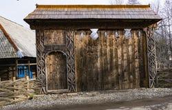 Entrada de madeira esculpida tradicional velha fotos de stock royalty free