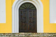 Entrada de madeira ornamentado antiga da igreja imagens de stock