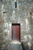 Entrada de madera de la puerta al castillo medieval Imágenes de archivo libres de regalías