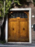 Entrada de madera de la puerta doble Imagenes de archivo