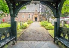 Entrada de madera del pórtico a la iglesia del ` s de St Andrew en Fort William, Escocia imagen de archivo libre de regalías