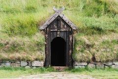 Entrada de madera de la puerta a la casa del césped de Icelanding foto de archivo libre de regalías
