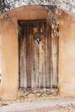 Entrada de madera de la puerta cerca del barranco Rd en Santa Fe, New México imagen de archivo libre de regalías