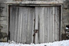 Entrada de madera resistida de una vertiente vieja del hormigón Imagen de archivo