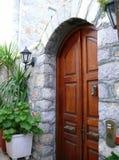 Entrada de piedra arqueada con la puerta de madera arqueada Imagen de archivo