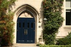 Entrada de piedra y puerta de madera imágenes de archivo libres de regalías