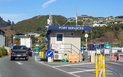 Entrada de serviços portuários para embarcar o cozinheiro Strait Ferry de Bluebridge fotos de stock royalty free