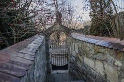 Entrada de um cemitério com uma porta aberta do ferro forjado Imagem de Stock