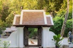 A entrada de um templo fotografia de stock royalty free