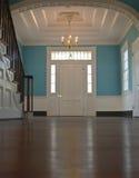 Entrada de uma casa colonial Fotos de Stock Royalty Free
